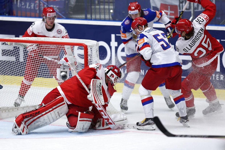 Sebastian Dahm blokerer pucken i Danmarks kamp mod Rusland.