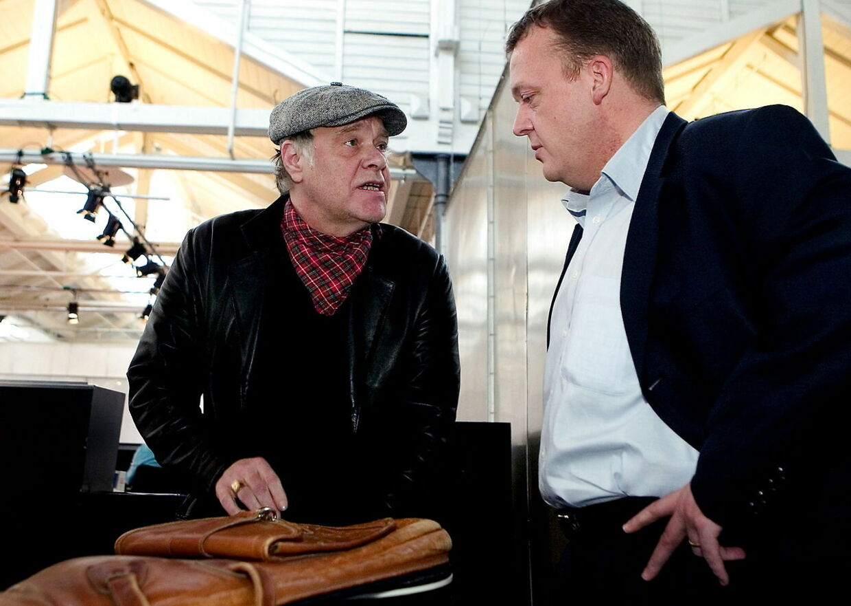 Provokatøren og gavflaben Kim Larsen og daværende Indenrigsminister Lars Løkke Rasmussen i samtale, under borgermødet i Øksnehallen om rygning i det offentlige rum tilbage i 2005.