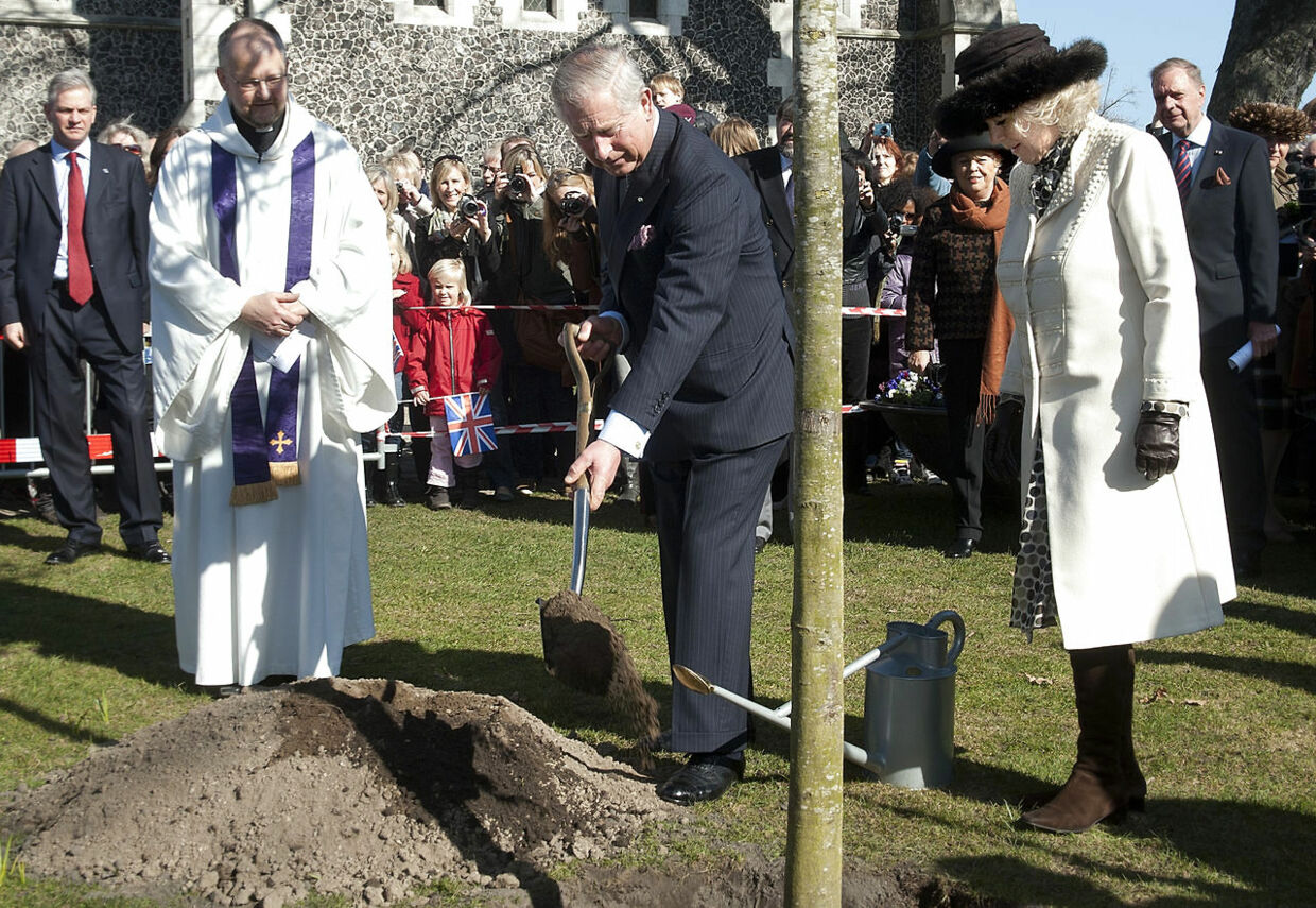 Camilla og prins Charles besøger Churchillparken og St. Alban Church og planter et træ