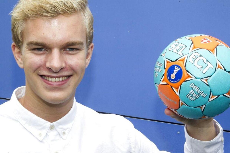 Landstræner og sportschef i DHF Ulrik Wilbek ser gerne, at færøske Johan Hansen fra Skanderborg Håndbold bliver dansker i håndboldmæssig forstand