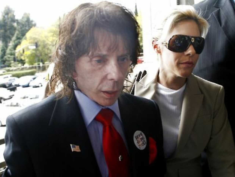 Phil Spector ankommer til retten sammen med sin hustru Rachelle. Senere samme dag blev han kendt skyldig i drab.