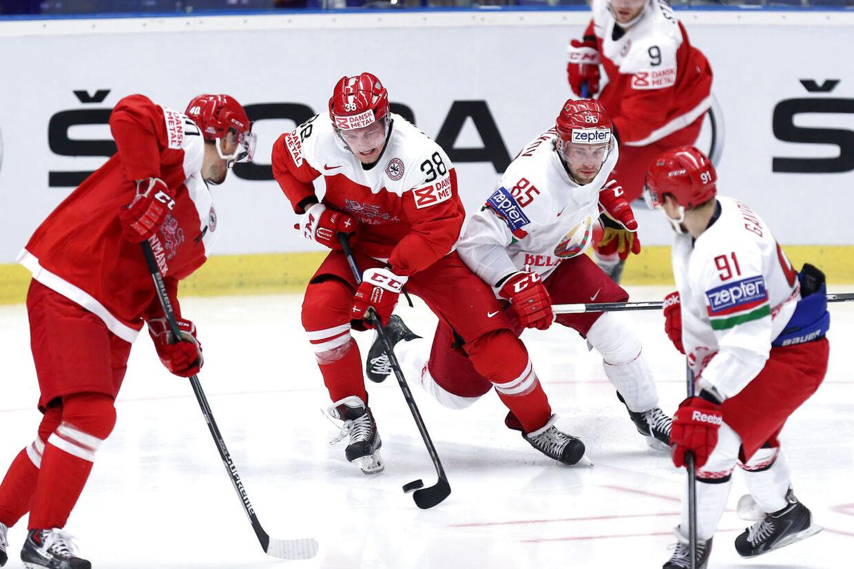 Morten Poulsen (38) tager pucken fra et par hviderussere.