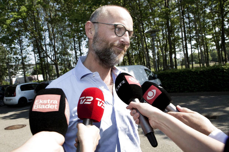 Da Henrik Qvortrup torsdag blev afhørt i Se og Hør-sagen hos Vestegnens Politi, blev han mødt af et talstærkt presseopbud.