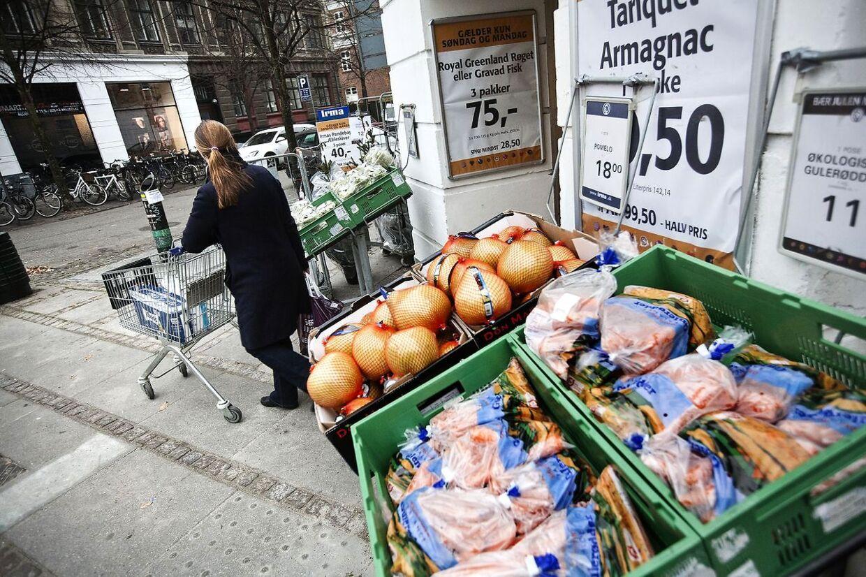 B.T. har tjekket priserne i 13 supermarkeder. Et dagligvareindkøb på 1.700 kroner i de billigste forretninger, var 1.000 kroner dyrere i den dyreste. Se hvor varerne er billigst med B.T. Plus.