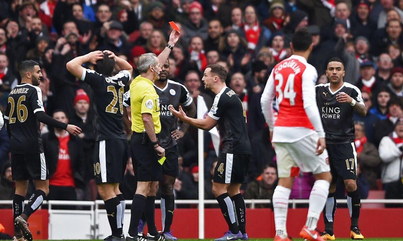 Danny Simpson bliver her udvist af dommer Martin Atkinson i Leicesters nederlag til Arsenal. Efter kampen mente Leicesters manager, Claudio Ranieri, at udvisningen ødelagde kampen for hans hold.