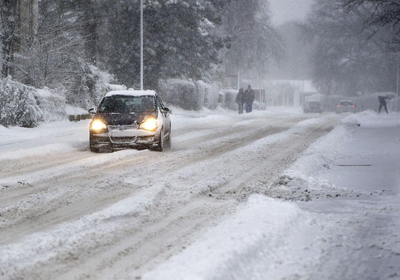 Weekendens snevejr skaber stadig problemer her mandag morgen.