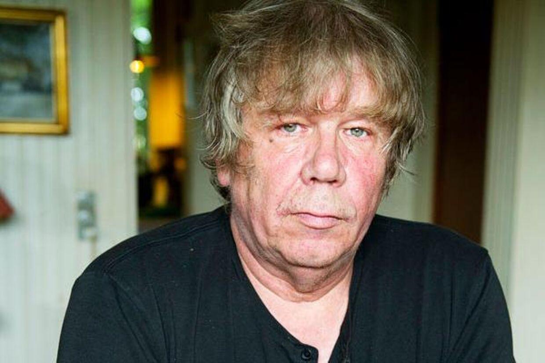 Jens Andersens hus blev gennemgransket mandag formiddag, da han fik besøg af fem betjente på jagt efter Helle Thorning-Schmidts skattelæk.