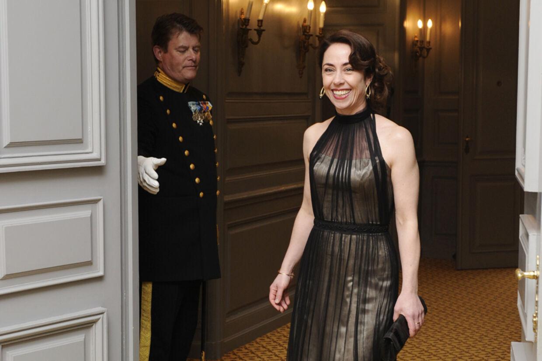 Sofie Gråbøl ankom mandag aften til middag med de britiske kongelige på Amalienborg.