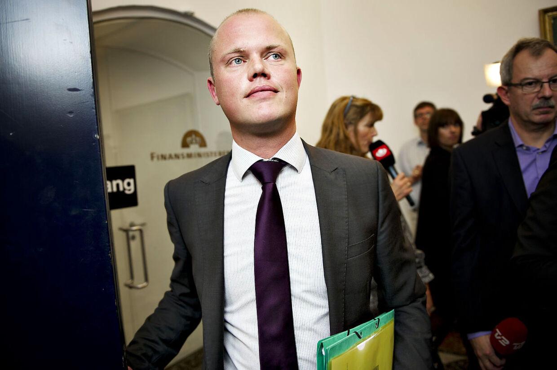 Peter Christensen, finansordfører for venstre forlader sættemødet angående finansloven 2012 i Finansministeriet fredag den 4. november 2011. (Foto: Marie Hald/Scanpix 2011).