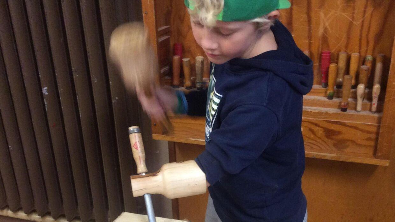 Lars Stolberg byggede en protese til sin elev Sofus. Nu kan Sofus deltage i sløjdtimerne på lige fod med de andre elever.