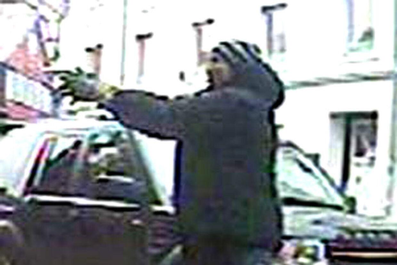 Overvågningsbillede viser personen, der forsøgte at dræbe Brian Sandberg. Et retsopgør skal afklare, om den person politiet har anholdt, er identisk med personen på billedet.