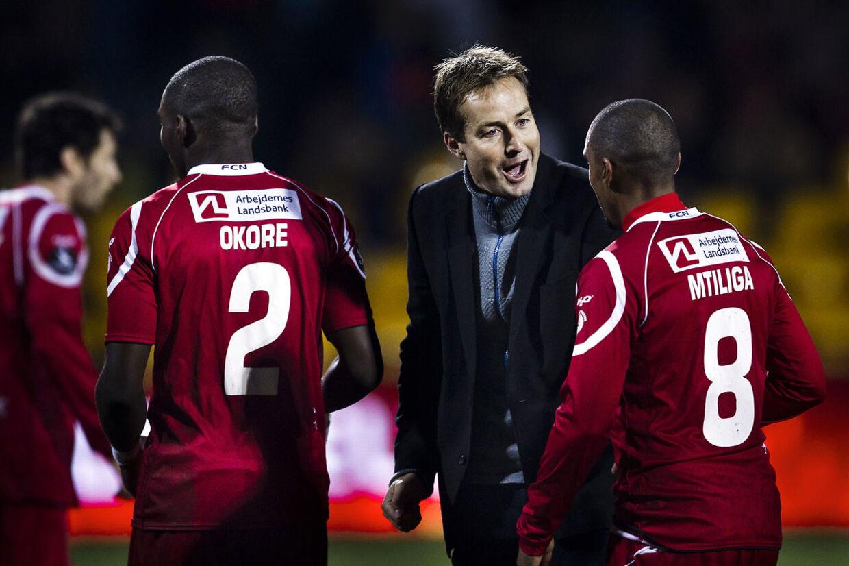 FCN.-træner Kasper Hjulmand (to fra højre) jubler sammen med spillerne efter sejren over Esbjerg.