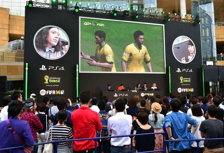 Japanske FIFA-fans spiller på storskærm i Tokyo.