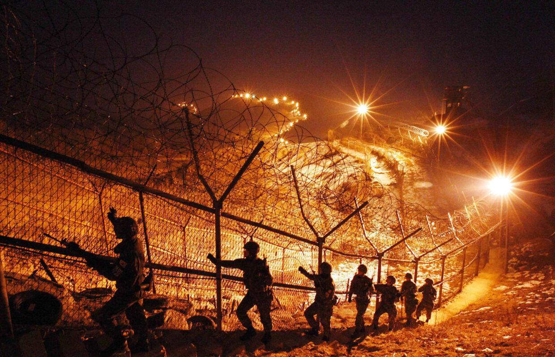 Desværre har vi ingen billeder af juletræet, men her er i hvert fald tændt lys! Sydkoreanske soldater patruljerer lillejuleaften langs den stærkt befæstede demilitariserede zone, der skiller de to koreaer, som teknisk set stadig er i krig. Den 27. juli 1953 blev tre års krig i Korea afsluttet med en våbenstilstandsaftale.