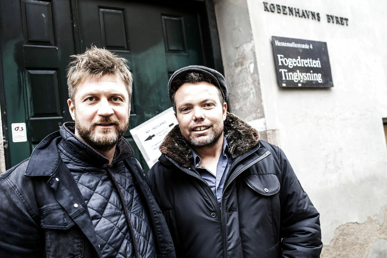 Rasmus Nøhr ankomtilKøbenhavns Byret uden advokat, men med sin gode ven og manager Thomas Nordquist. Politiet mente de havde taget den kendte sanger med en joint en juni-nat i sommer, men sagen blev udsat, da anklageren mødte op uden beviser eller vidner i retten.