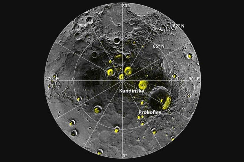 Et kombinationsbillede med målinger af Merkurs nordpol, som viser isen i kraterne. Længst væk fra polerne er isen smeltet væk på sydskråningerne.