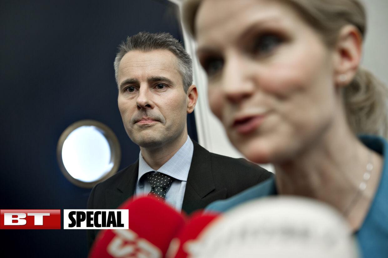 BT-analyse: Henrik Sass Larsens hurtige comeback er et kraftigt signal til Venstre om, at S smider fløjlshandskerne og går i offensiven.