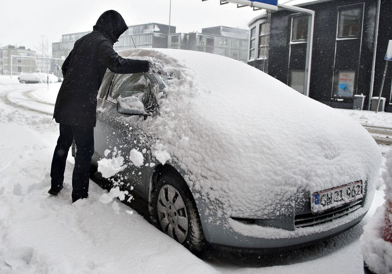 Snestorm i Aalborg. Store mængder sne har begravet Nordjylland og her i Aalborg hvor sneen fortsat faldt søndag middag.