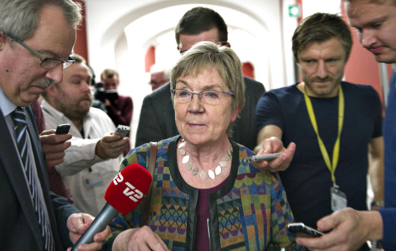 Gruppeformand Marianne Jelved omgivet af journalister, kommenterer på Elbæk-sagen, efter gruppemødet hos De Radikale onsdag d. 5 december 2012 på Christiansborg. (Foto: Jens Nørgaard Larsen/Scanpix 2012)