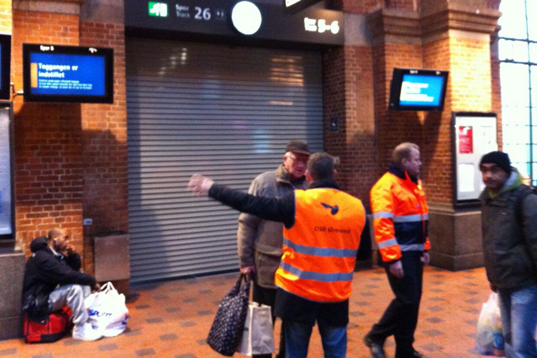 Politiet har fundet en mistænkelig pakke på Københavns Hovedbanegård, hvor dele nu er spærret af. Det lammer hele togtrafikken. Politiet frygter, at pakken kan være en bombe.
