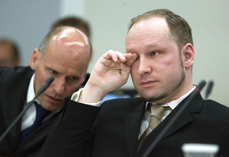 Anders Behring Breivik (h) under retssagen, som begyndte mandag.