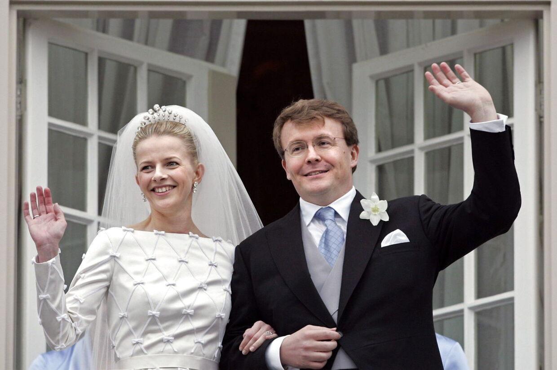 Den hollandske prins Johan Friso, som her ses ved brylluppet med prinsesse Mabel, måtte have manuel hjertemassage i helikopteren på vej til hospitalet i Innsbruck, da batteriet i genoplivningsapparatet løb tør.