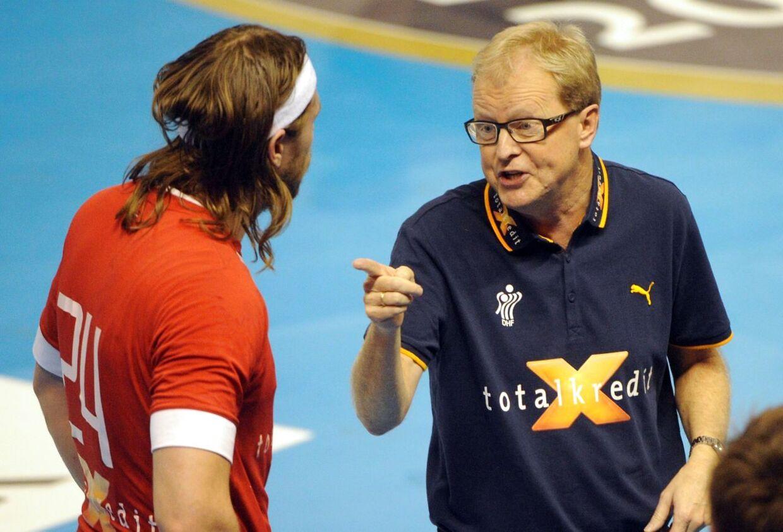 Ulrik Wilbek (th.) beder næsten modstanderne om at mandsopdække Mikkel Hansen. Han har modgiften klar.