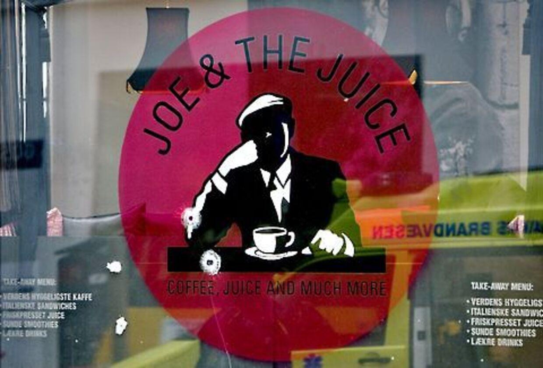 Skuddene blev affyret ind gennem vinduet på Joe & The Juice i Ny Østergade i indre København. To personer jages af politiet