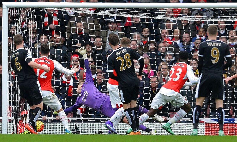 Her sker det. Indskiftede Danny Welbeck (23) scorer på Kasper Schmeichel i kampens døende sekunder, og Arsenal vinder dermed 2-1 over topholdet Leicester.