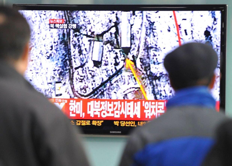 Passagerer i Syd Korea følger nyheden om Nord Koreas atomprøvesprængning.