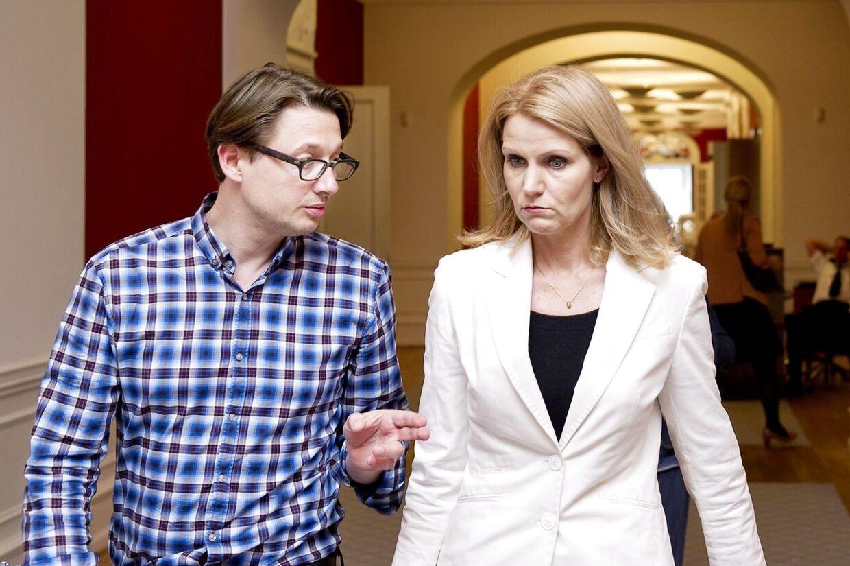 S-formand Helle Thorning-Schmidt med sin personlige rådgiver, Noa Redington.