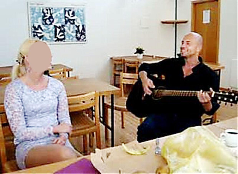 Under brylluppet spillede Peter Lundin hjemmelavede kærlighedssange for sin nye kone.