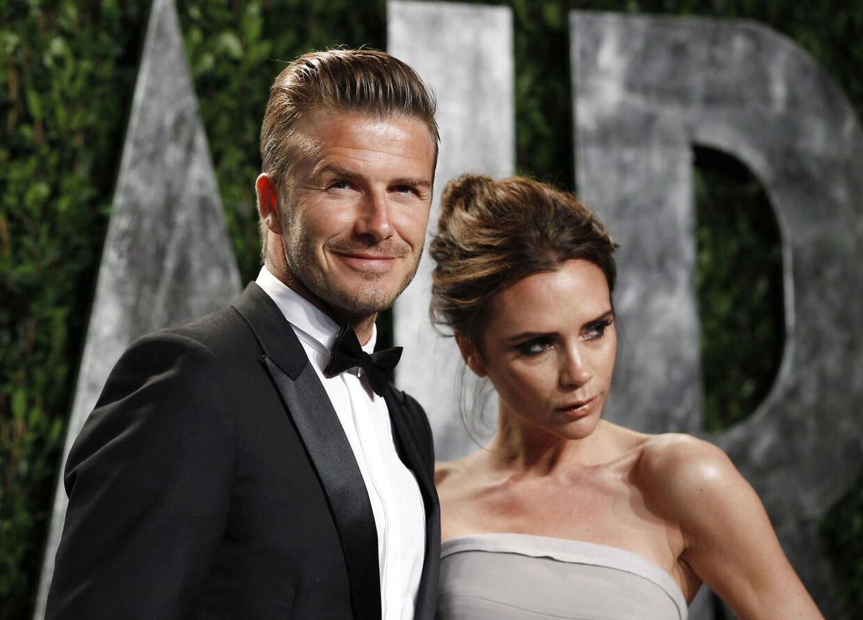 David og Victoria Beckham på den røde løber i California i februar. Nu forlyder det, at parret sælger deres 'slot' hjemme i England og flytter permanent til USA.