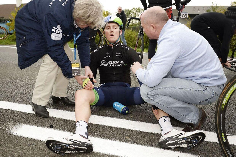 Her er det Luke Durbridge fra Orica GreenEdge, som er styrtet. Kort efter kørte Johan Vansummeren ind i en 65-årig kvindelige tilskuer, som efterfølgende blev kørt på hospitalet.