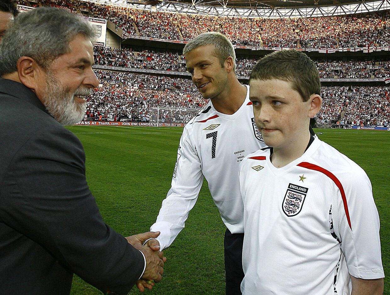 Her ser Robert Sebbage til, mens Brasiliens præsident Luiz Inacio Lula da Silva hilser på Englands David Beckham før venskabskampen på Wembley Stadium i London den 1. juni 2007.