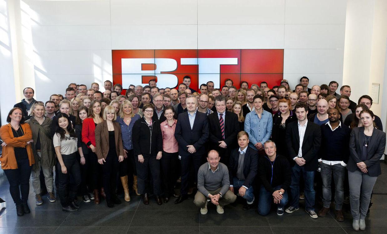 Hele BT (nu uden punktummer) samlet foran det nye logo i Berlingske Medias hus i Indre København.