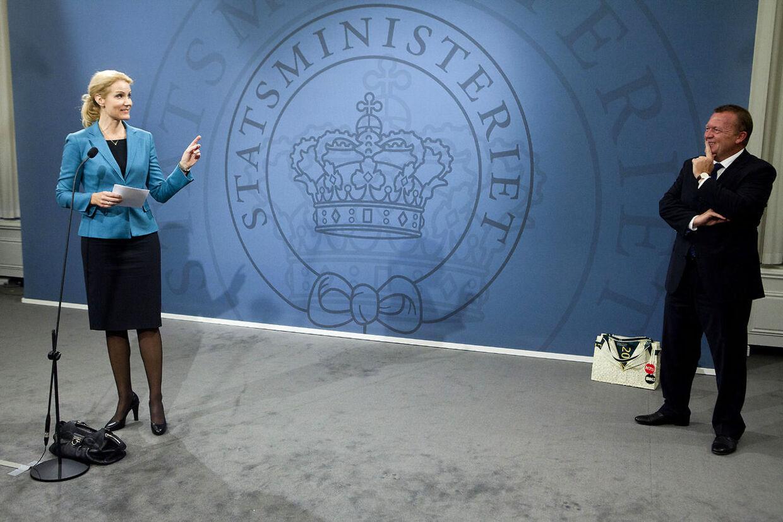 Skulle der være valg i morgen, ville den blå blok vinde flere end halvdelen af stemmerne fra folk, der er på offentlig overførselsindkomst, viser en megafonmåling. Her ses Danmarks statsminister Helle Thorning-Schmidt (S) ved overdragelsen af statsministeriet fra tidligere statsminister Lars Løkke Rasmussen (V).