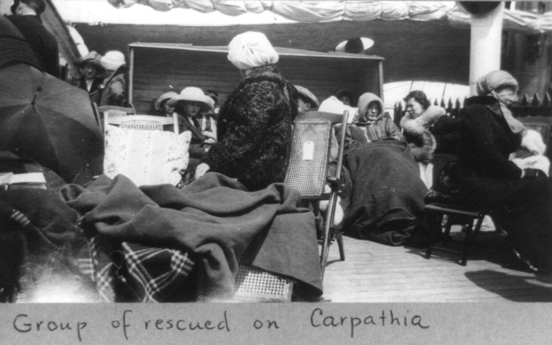 En gruppe overlevende, der er blevet samlet op af skibet Carpathia.
