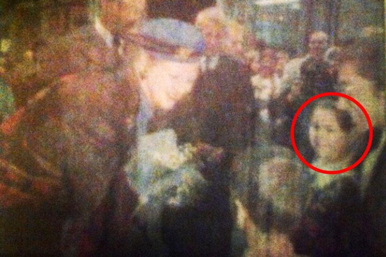 Et foto af Dronning Margrethe og prins Henrik der besøgte Québec i 1991. Pigen er Sarah Dubord Gagnon.
