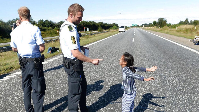 Denne danske politimand hyldes over hele verden for at have givet sig tid til at lege med flytgningepige ved Padborg onsdag.