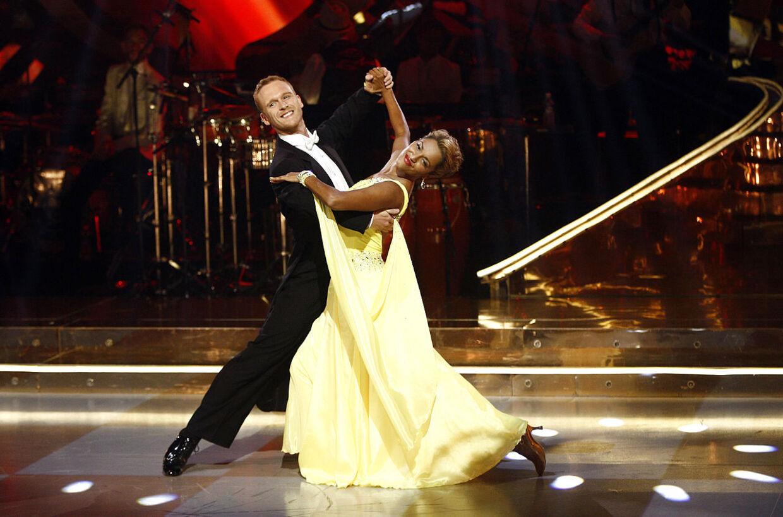 Ronnie Handskemager, der har købt Britt Bendixens danseskole, deltog i 'Vild med dans' i 2012 sammen med sangerinden Saseline Sørensen.