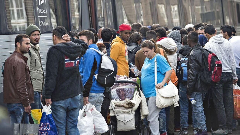 Efter politiet havde givet flygtningene lov til at fortsætte deres rejse strømmede flygninge torsdag til Padborg Station for at tage tog mod København. Mange måtte vente på efterfølgende tog da togene blev overfyldte.