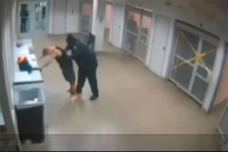 Justin Bieber bliver her kropsvisiteret af politiet