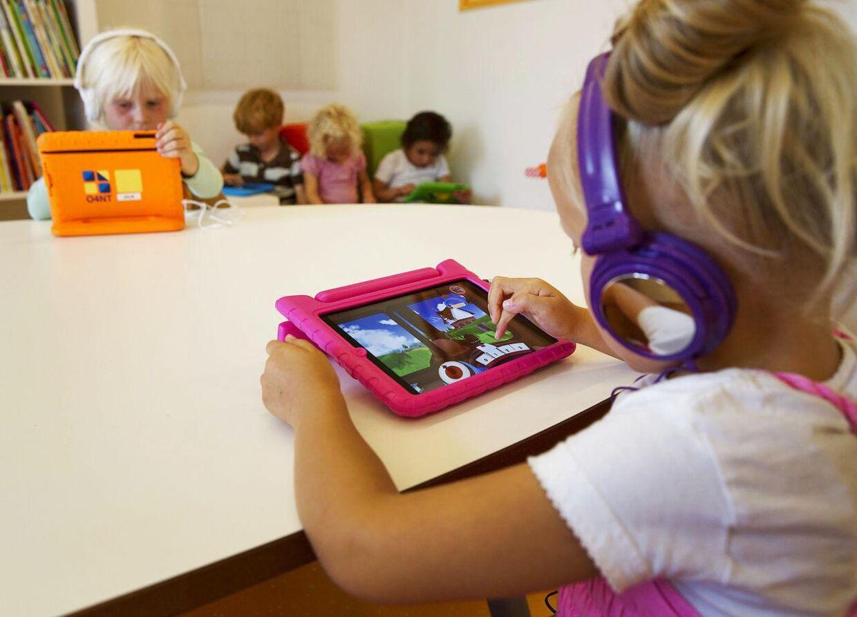 Hvis små børn tilbringer for meget tid i selskab med en iPad, kan det forringe deres evne til at sætte sig ind i andre menneskers tanker og følelser, mener Albert Gjedde, der er professor i hjernebiologi på Københavns Universitet.