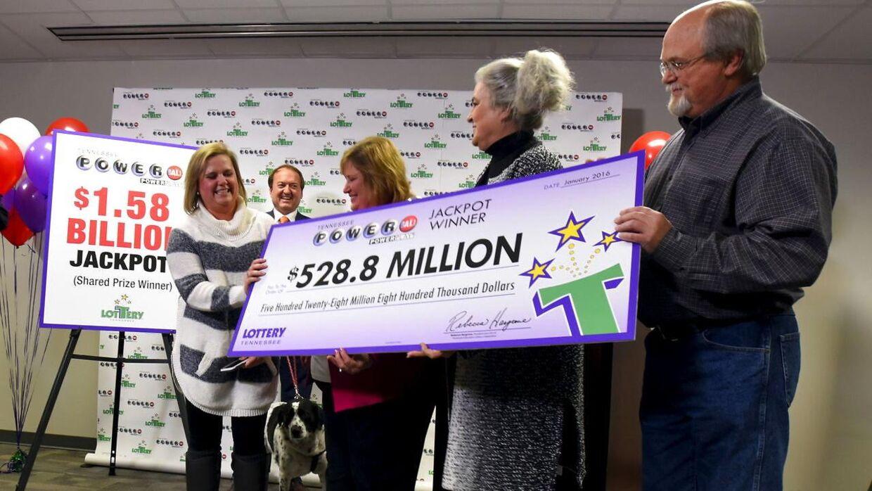Lisa og John Robinson fra Tenneesse i USA havde en af de tre vinderkuponer fra Powerball-udtrækningen onsdag. Det betyder, at parret kan glæde sig over at være 3,6 milliarder kroner rigere. Det får dem dog ikke til at trække stikket, for mandag morgen kalder arbejdet igen.