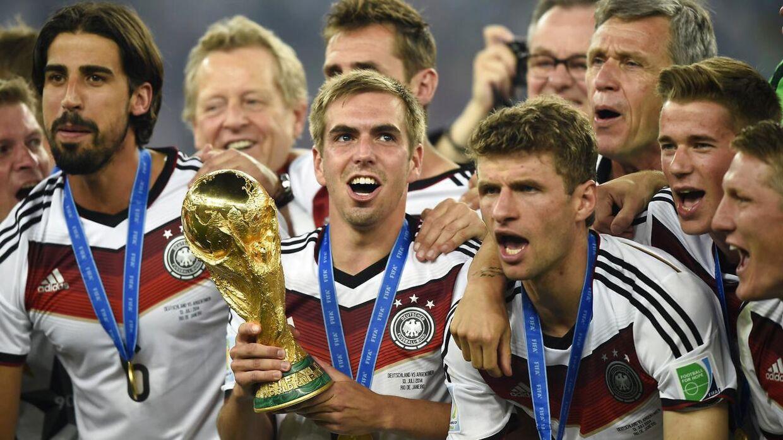 Den tidligere tyske landsholdsanfører Philipp Lahm (midten, red.) mener, FIFA Ballon d'Or-kåringen handler om popularitet og ikke mindst angribere. Her ses han løfte trofæet ved VM i Brasilien 2014.