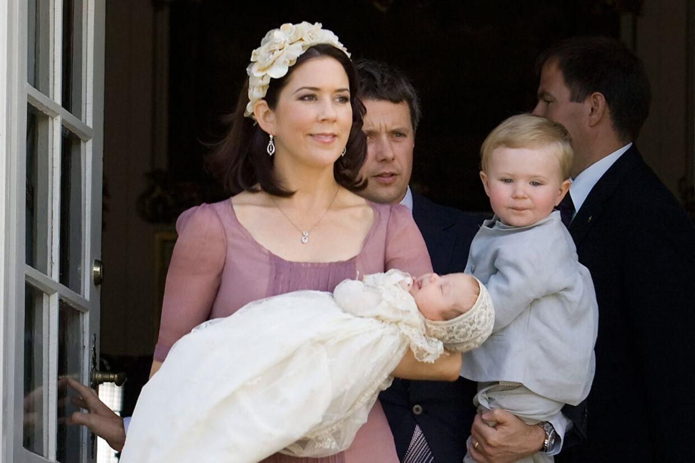 Prinsesse Isbella i den 140 år gamle dåbskjole.