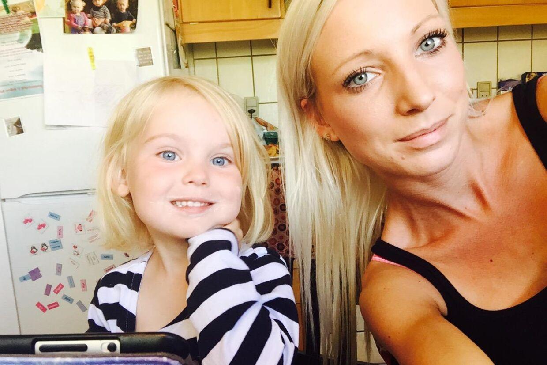 Tre-årige malou fik søndag en andengradsforbrænding. Mor og datter kom til Holbæk Sygehus, blev flyttet til Rigshospitalet, udskrevet omkring midnat og herefter stod de på en banegård og kunne ikke komme hjem.