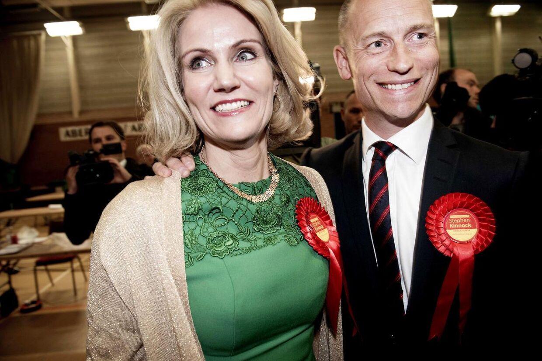 Statsminister Helle Thorning-Schmidt og hendes mand Stephen Kinnock kommer til at leve hvert deres liv, efter at Stephen Kinnock er blevet valgt til det britiske parlament. Her ses de på den britiske valgaften den 7. maj 2015.