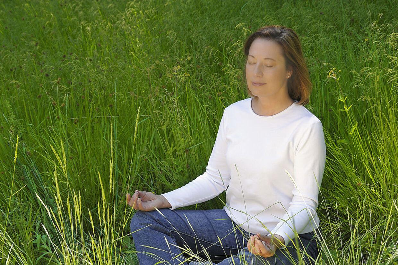 Et centralt punkt i mindfulness er evnen til nærvær og fuld opmærksomhed på det, der er lige nu. Tilstedeværelse med alle sanser vågne. Følelser og tanker opleves som de er, men vurderes ikke, de observeres blot, hvilket giver en selv et indblik i, hvorledes man selv er.